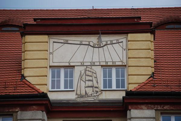 Fasada Akademii Marynarki Wojennej w Gdyni z zegarem słonecznym