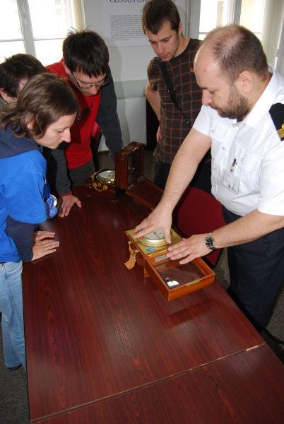 Kmdr ppor. Dariusz Żołnieruk prezentuje chronometr morski
