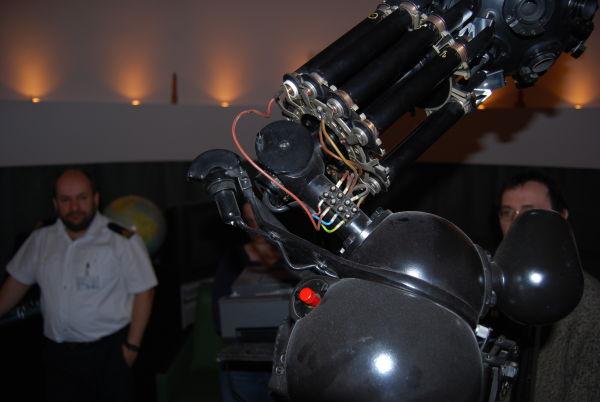 Projektor główny i projektory pomocnicze