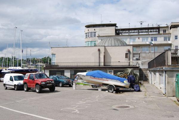 Planetarium Akademii Morskiej w Gdyni - wejście od strony mariny jachtowej (fot. Piotr Nyczka)