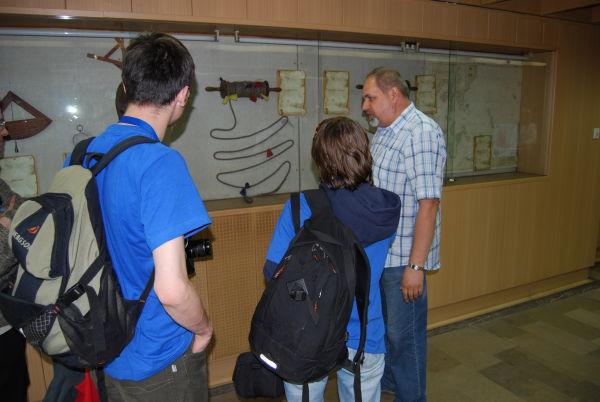 Słuchamy objaśnień p. Marka Szczepańskiego z Akademii Morskiej (fot. Piotr Nyczka)