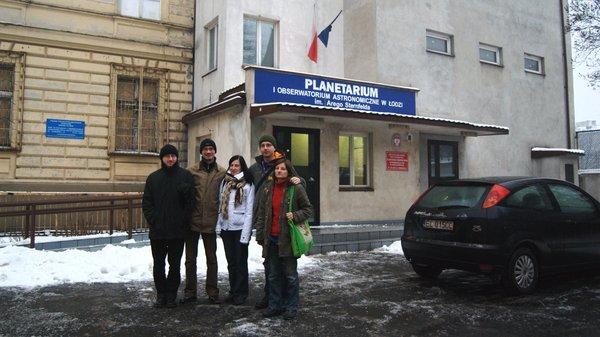Przed wejściem do planetarium w Łodzi
