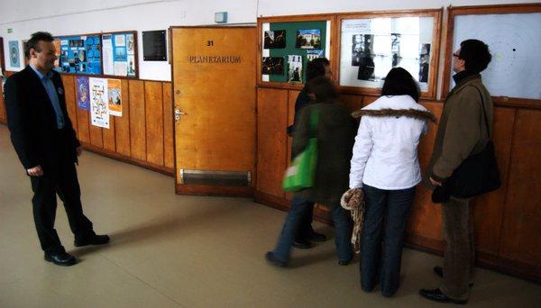 Przed wejściem do planetarium w I LO w Piotrkowie Trybunalskim