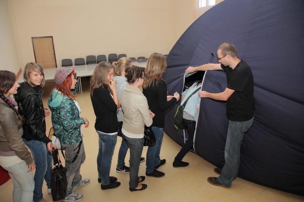 Widzowie wchodzą do kopuły (fot. Krzysztof Mazur)