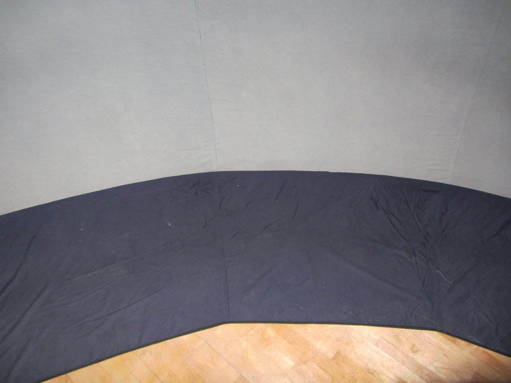 Wnętrze kopuły. Szara powierzchnia to ekran projekcyjny, granatowa - pas materiału, na którym kopuła opiera się o podłogę (fot. Tomasz Lewicki)