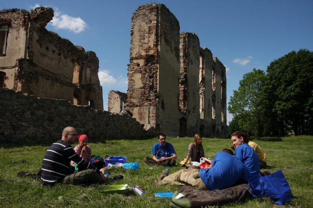Ekipa PPP przy malowniczych ruinach zamku w Bodzentynie (fot. Aleksander Dera)