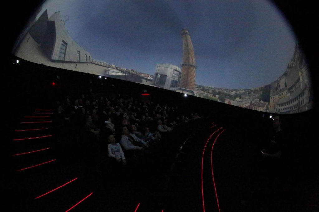 Sala projekcyjna planetarium EC-1 w Łodzi podczas pokazu