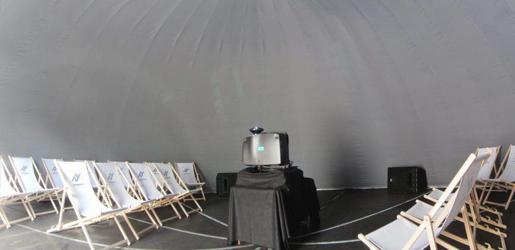 Projektor z obiektywem fisheye w kopule geodezyjnej