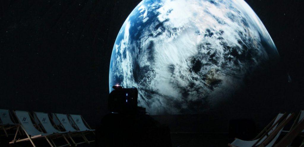 Projektor z obiektywem fisheye w kopule geodezyjnej podczas seansu