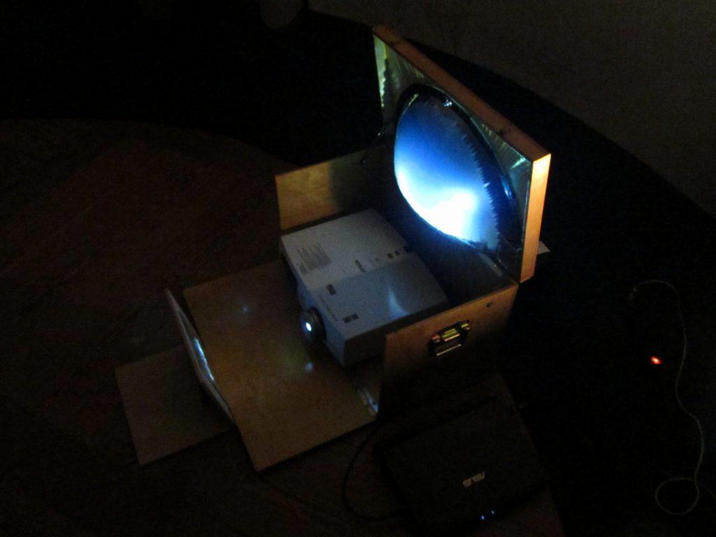 Mój własny system projekcyjny z dwoma lustrami - płaskim i sferycznym - podczas testowej projekcji