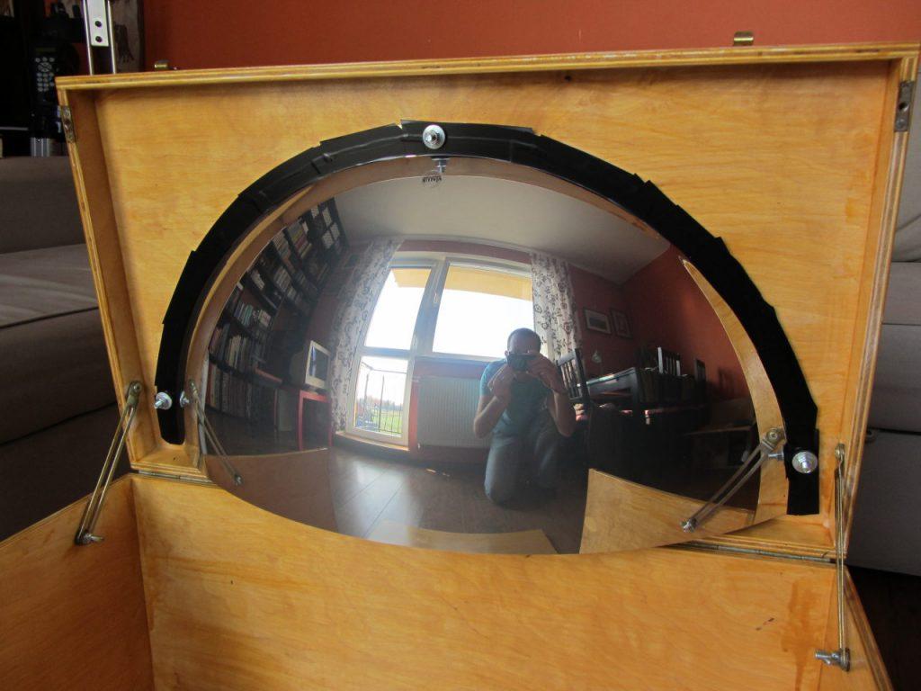 Mój własny system z lustrem sferycznym. Lustro główne przymocowane do skrzyni transportowej. Płaska krawędź lustra prowizorycznie oklejona taśmą, by zapobiec niepożądanym odbiciom wiązki światła z projektora