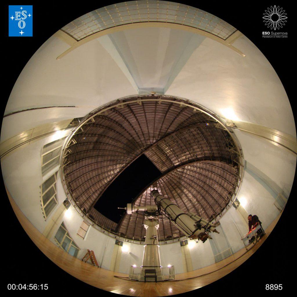 Przykładowa klatka przeznaczona do projekcji w systemie fisheye.  Klatka pochodzi z seansu From Earth to the Universe (ESO)
