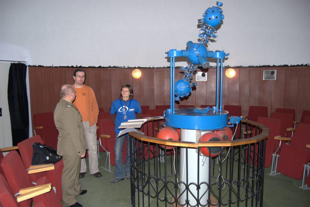 Planetarium w .Komorowie - sala projekcyjna i projektor główny