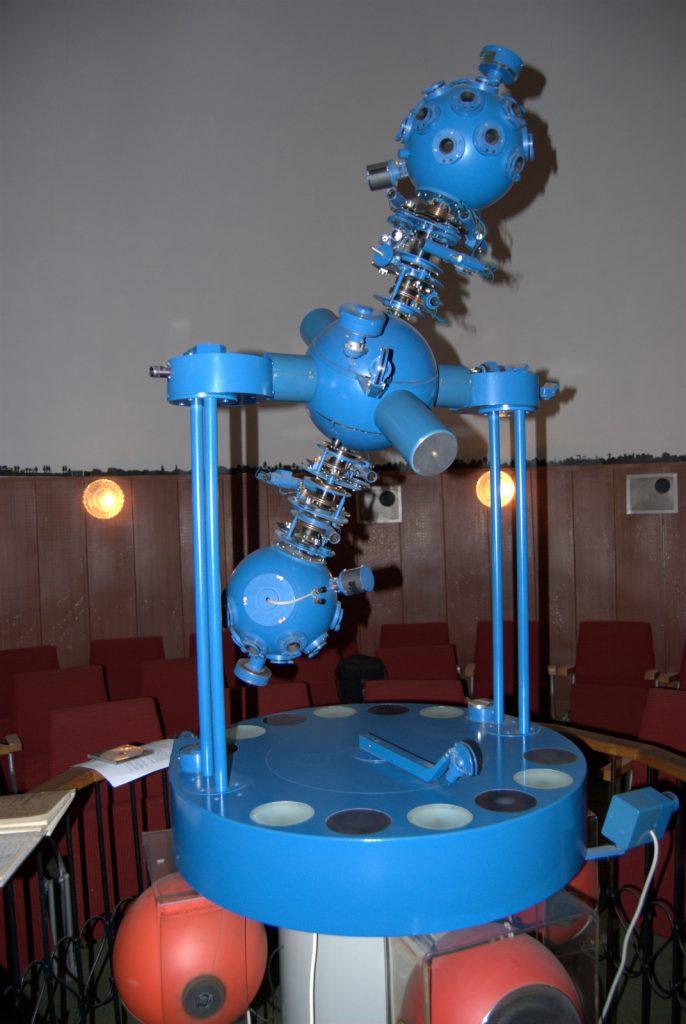 Projektor Zeiss ZKP-2 w planetarium w Komorowie