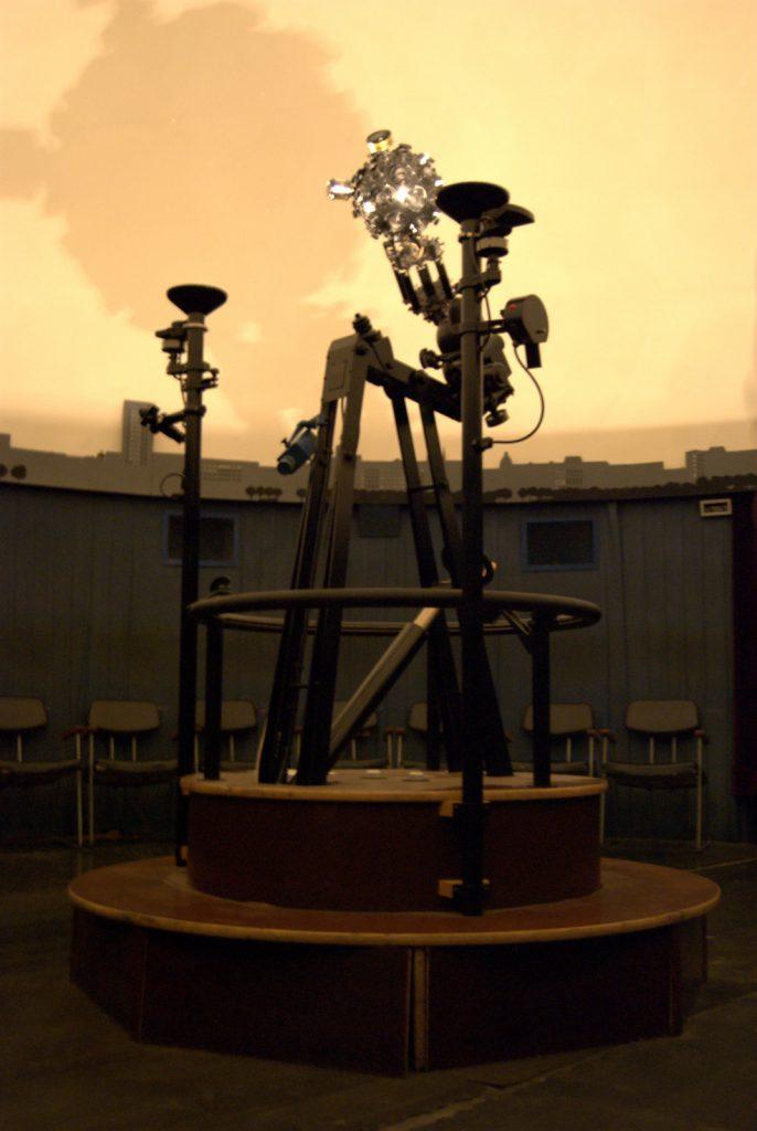 Projektor Zeiss ZKP-1 w planetarium w Muzeum Techniki w PKiN