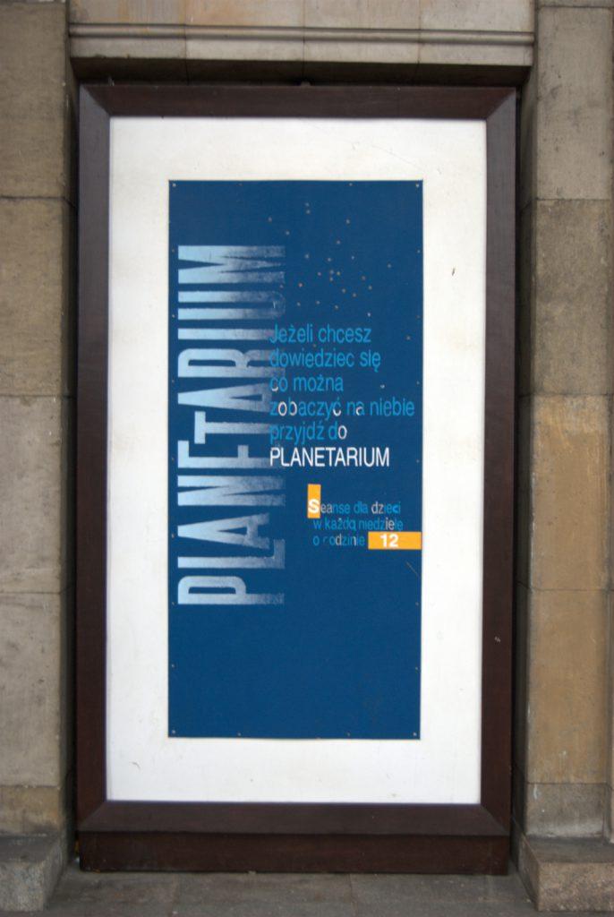 Reklama planetarium przy wejściu do Muzeum Techniki w PKiN
