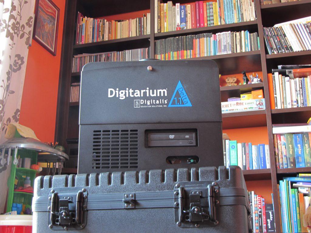 Mój projektor od Digitalis, w wersji 1.1 po pierwszej modernizacji. Zwarta konstrukcja i solidna skrzynia transportowa