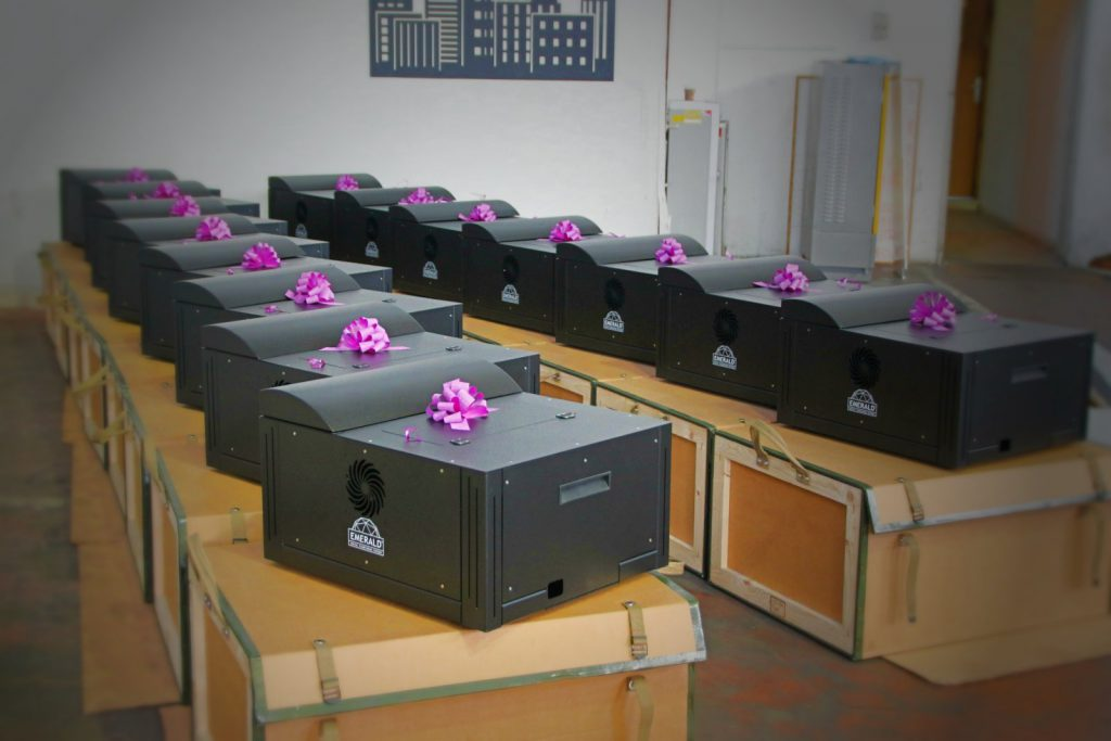 Systemy projekcyjne Emerald. Zwróć uwagę na skrzynie, na których stoją projektory. To nie są opakowania transportowe jednorazowego użytku - w takich skrzyniach zbudowanych ze sklejki i kartonu (!) użytkownik wozi swój kosztowny sprzęt.